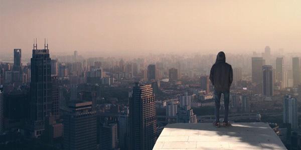 un hombre contempla la ciudad